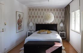 Designers Guildin näyttävä tapetti hallitsee master bedroomin takaseinää.