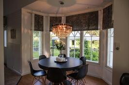 Ruokailutila istuu kauniisti omassa ikkunaerkkerissään olohuoneen ja keittiön välissä.