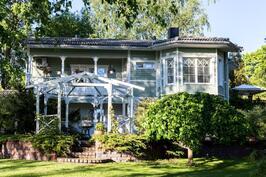 Kaunis harmaanvihreä omakotitalo odottaa uusia asukkaita vain puolen tunnin päässä Helsingistä.