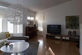 Tilava olohuone on helppo jakaa eri toimintoihin. Olohuoneesta on pääsy myös parvekkeelle.