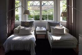 Alakerran takkahuoneen erkkeri on perheen rentoutumispaikka ja lukunurkka.
