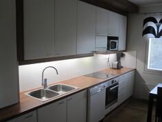 Keittiö, laatta välitilasta vaihdettu laminaaattilevyyn ja valaistus LED-kiskoihin