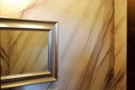 Käsin marmoroitua seinää wc