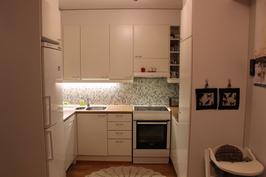 Kaunis keittiö jossa onnistuneet värivalinnat.
