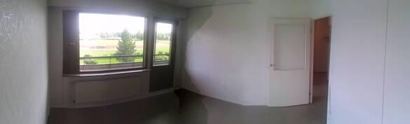 Olohuone josta kulku koko asunnon pituiselle parvekkeelle