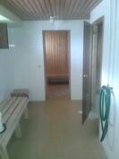 Taloyhtiön sauna, suihku ja pukeutumistila (isot tilat, erittäin siistit)