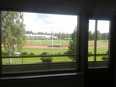 Näkymä olohuoneesta suoraan urheilukentälle