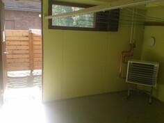 Taloyhtiön kuivaushuone sekä aidattu kuivausalue ulkona