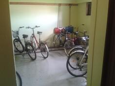 Taloyhtiön iso, lämmin (sisä) polkupyörävarasto isolla ovella