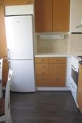 Keittiössä uusittu lattia ja jääkaappi-pakastin
