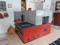 Keittiössä leivinuuni, puuhella ja pellettipoltin