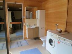 Kodinhoitohuone, jossa WC, reilusti säilytystilaa