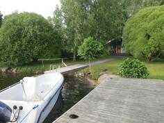 Kaksi laituria, veneelle oma laituri ja saunalta uimalaituri