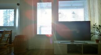 Eteläiseen olohuoneeseen tulvii valoa.