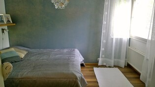 Alakerran makuuhuone talon päädyssä.