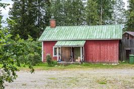 Vanha saunarakennus, toiseen päähän remontoitu kaksi huonetta ja toinen puoli puuvajana.