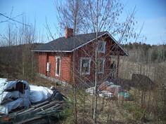 Käyttökelpoista puutavaraa löytyy myös pressujen alta.