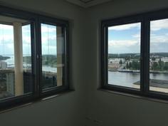 Makuuhuoneen ikkunasta hulppeat näkymät.