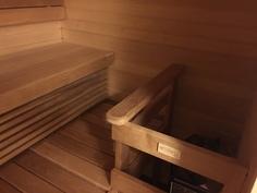 Tähtisaunojen tekemä sauna kuituvaloilla.