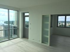 Huoneistossa kolmeen suuntaan ikkunoita.