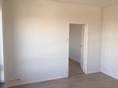 Seinät tasoitettu ja maalattu vaaleaksi.