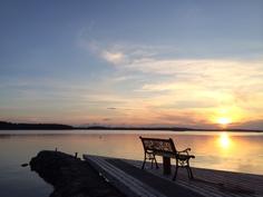 Aallonmurtajalta näkymä auringon laskuun Karttuselälle.