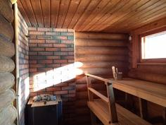 Näkymä saunaan, uudet lauteet,puukiuas.