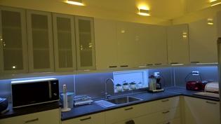 Keittiö 4kpl. mattalasiovea,valk.korkeakiiltoiset ovet