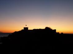 Aurinko nousee Linnan takaa.