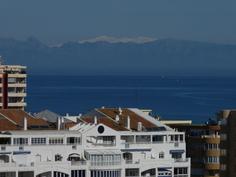 Parvekkeelta kuvattu Sierra Nevadan lumipeitteiset vuoret.
