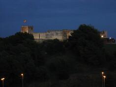 Linna valaistuna öisin. Tähän maisemaan ei kyllästy.