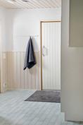 Kodinhoitohuoneesta käynti pesuhuoneeseen ja saunaan
