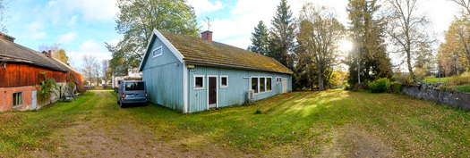 Tästäkin talosta löytyy autotalli ja runsaasti varastotilaa.