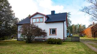 Ryhdikäs hirsirunkoinen päärakennus on vuodelta 1936.