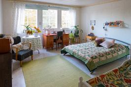 Suurin makuuhuone, jossa on iso vaatehuone.