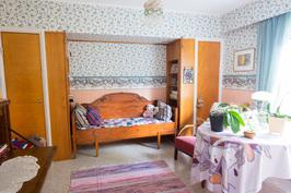 Toinen alakerran kahdesta makuuhuoneesta.