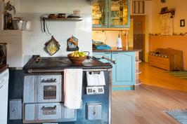 Keittiössä toimiva vanha puuhella.