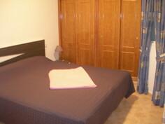 Isompi makuuhuone, jossa 180X200 parisänky.