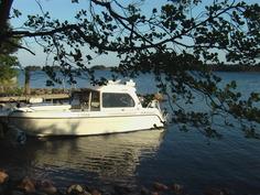 Vene mökkirannan laiturissa. Näkymä merelle kaakkoon.