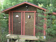 Vasen ovi vessaan ja oikea puu- yms. varastoon. Honkamökin lähellä.