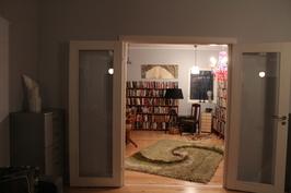 Olohuoneesta näkymä kirjastoon