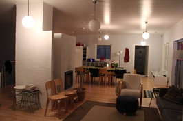 Olohuone, takka ja keittiö