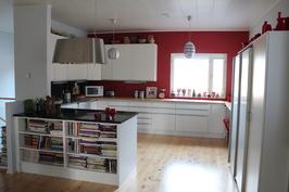 Keittiö, modernit kaapistot, Elica liesituuletin