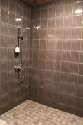 Yläkerran tilava pesuhuone kahdella suihkulla