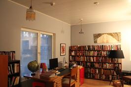Yläkerran kirjasto/ruokasali/makuuhuone