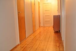 Yläkerran käytävän perällä on ovi tilavalle ullakolle. Makuuhuoneet sijaitsevat ylhäällä myös.