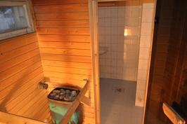 Ikkunallinen sauna lämpenee sähköllä.
