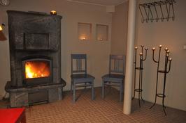 Alkuperäinen saunatila on nykyisin takkahuoneena.