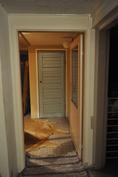 Takkahuoneen sinisen oven takana on tilaa pesukoneelle.