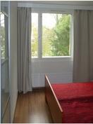 Makuuhuoneen ikkunasta aukeaa vehreä näkymä